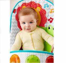 малыш в детском шезлонге фишер прайс